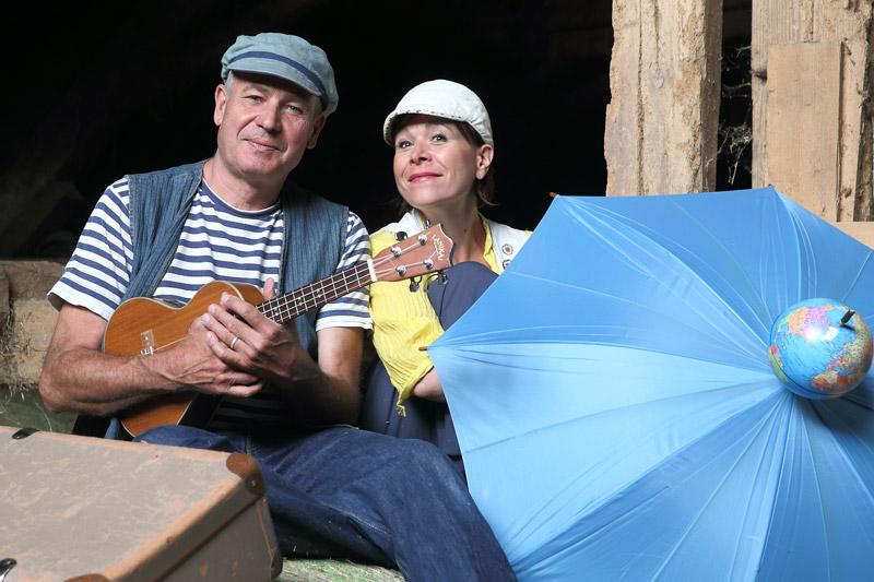 Christof und Vladislava mit Ukulele und Schirm in Aktion