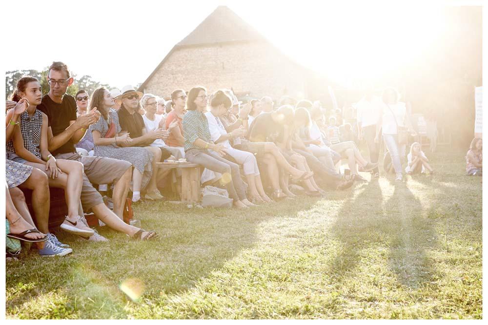 Blick ins Publikum beim Nachmittagsprogramm im Gegenlicht